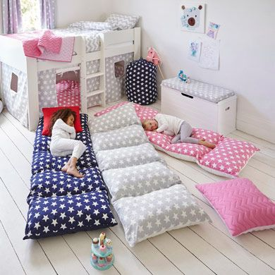 fold a twin sheet in half long ways and sew ends together, next sew in five equal sections the size of a pillow case, next insert pillows leaving ends open to remove pillows and wash cover I could make one of these with all the millions of pillows we have! DIY matrasjes voor kids