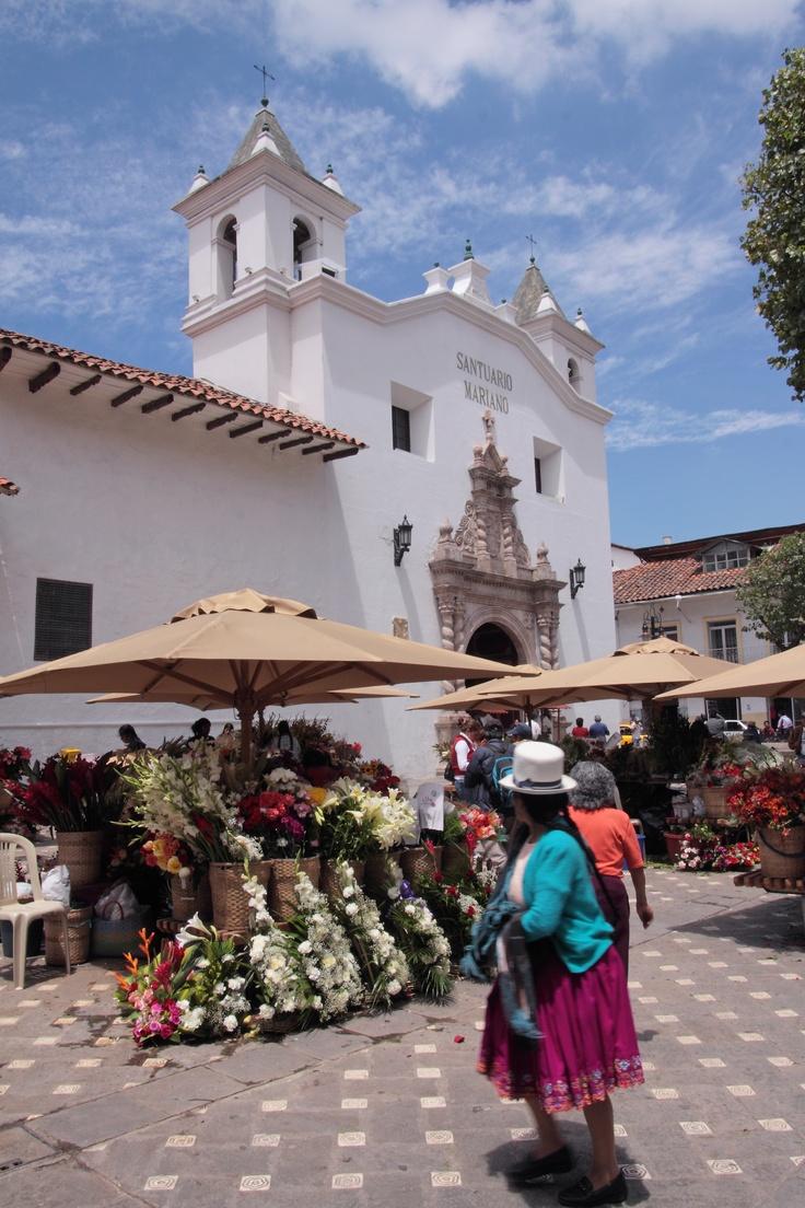 Plaza del Monasterio del Carmen: Esta plaza alberga el tradicional Mercado de las Flores. Un lugar en la ciudad único y pintoresco donde se exhiben una cantidad de preciosas flores y rosas. Esta plaza es adornada por la fachada del templo  que está hecha de piedra Labrada.