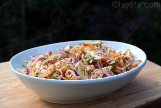 Salada de tomate, cebola e peru/frango desfiado com molho de limão e coentro