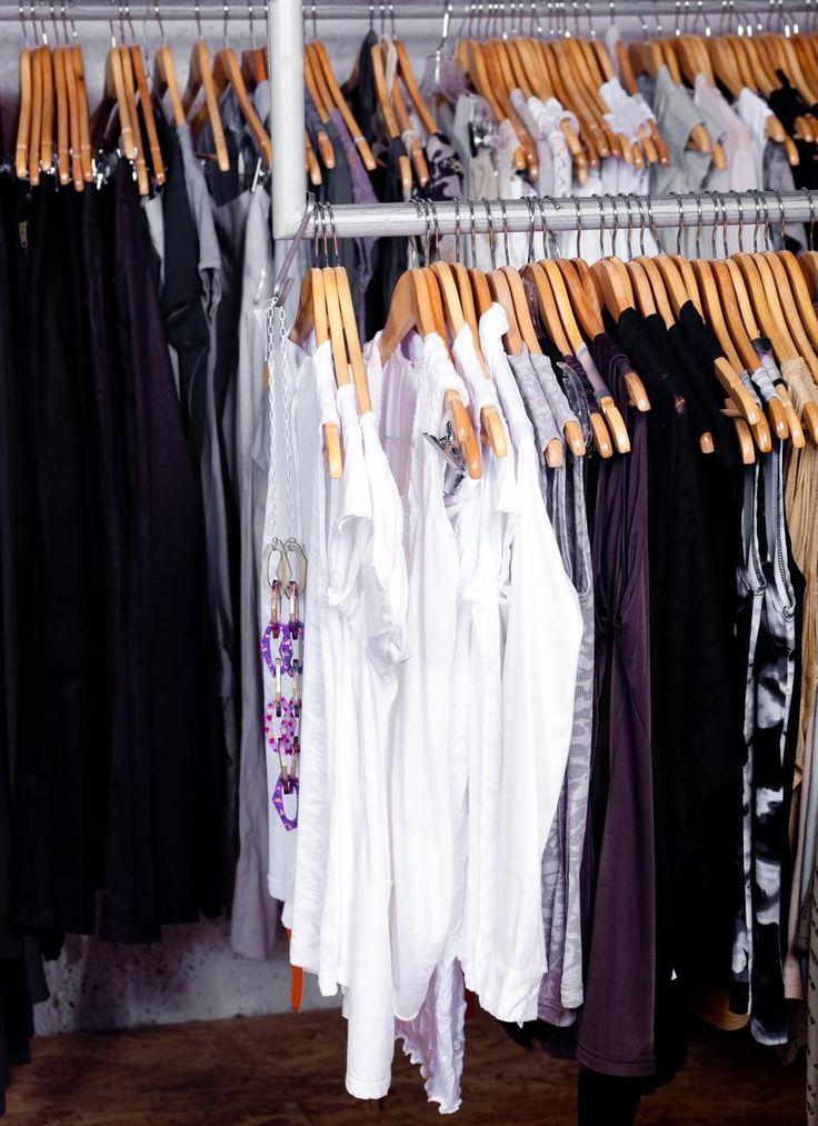 I stedet for en garderobe fuldt af klædestykker, der ikke bliver brugt, kan man i stedet holde sig til mellem 24 og 37 stykker. Foto: Colourbox