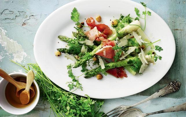 Grillede asparges med parmasan og hasselnød