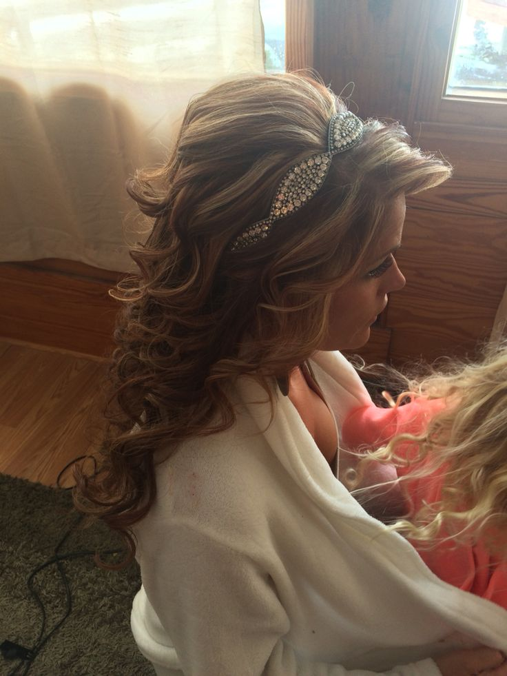 This was a beautiful style for a barn wedding! Long wavy curly hair accented with a headband and a few pieces tucked away around … | Wedding hairstyles | Pinte…
