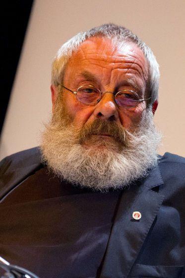 """Starke Stimme verstummt: Harry Rowohlt - Harry Rowohlt ist nach langer, schwerer Krankheit im Alter von 70 Jahren in Hamburg gestorben. Er war ein Multitalent. Übersetzer zahlreicher Bücher aus dem Englischen, Vorleser, Autor, Original, Botschafter des irischen Whiskeys, seit 20 Jahren """"Penner"""" in der Dauerserie """"Lindenstraße"""". Zum Nachruf: http://www.nachrichten.at/nachrichten/kultur/Starke-Stimme-verstummt-Harry-Rowohlt-70;art16,1857585 (Bild: APA)"""