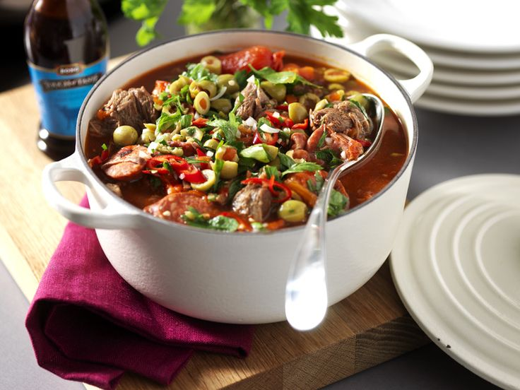 Lagom het oxgryta som passar både den stora och lilla bjudningen. Grytan får sin goda smak av chorizokorv, lök, tomat, Kalvfond, röd chili och oliver.