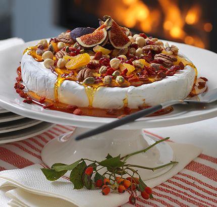 Vakta karamellen noga så att du inte bränner den. Stelnar den i grytan innan du hällt den på osten kan du värma den lite igen. Brietårta med karamelliserade nötter 1 hel brieost, ca 1 kg...