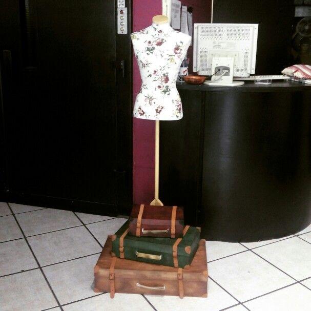 Espacio interior de Valuta, maniquie de busto con maletas