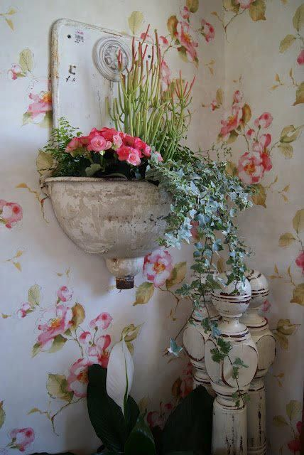 love the wallpaper & the flower & plant hanger