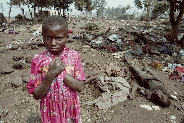 ZAIR, Goma, 17 lica 1994: Dziewczynka ocalała z zasadzki, pomiędzy ciałami jej towarzyszy.Ludobójstwo w Rwandzie