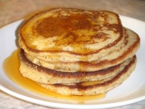 Fluffige Kokos-Nuss-Pancakes (zuckerfrei, getreidefrei, glutenfrei, milchfrei) ◾3 Bio-Eier ◾15 g fein gemahlene Nüsse (z.B. Mandeln) ◾15 g Buchweizen-, Reis- oder Quinoaflocken, feine ◾30 g Kokosmehl ◾15 g Tapiokamehl ◾2 TL Vanille-Extrakt ◾1 Prise Salz ◾1 TL phosphatfreies Backpulver ◾1 EL Kokosöl, flüssig ◾1/2 cup Milch nach Wahl, z.B. Kokosmilch ◾Steviapulver nach Geschmack zum Süßen ◾Ca. 2 EL Ghee oder Kokosöl zum Braten ◾z.B. (Kokos)Palmzucker-Sirup zum Beträufeln