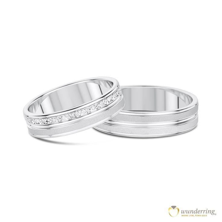 Hübsches Ringpaar Tapuaelani mit raffiniertem Oberflächenspiel aus sandmattiertem und glänzenden 750er Weißgold. Den Damenring ziert zudem eine Reihe im Diamanté-Effekt - er glitzert, als wären feine Diamanten eingelassen. Jetzt als Musterrring testen! #Trauringe #Eheringe #Hochzeit
