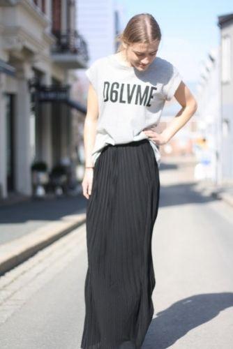 Klassisk svart skjørt fra DAY med feminine folder.