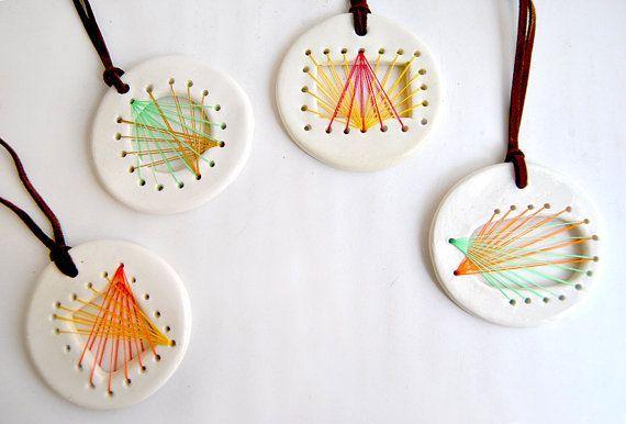 Keramik String Art Anhänger aus weißem Ton und transparenter Glasur. Die Drohung