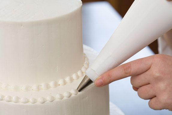 Secrets to making a wedding cake : a very thorough guide. I would love to make and decorate a wedding cake one day.
