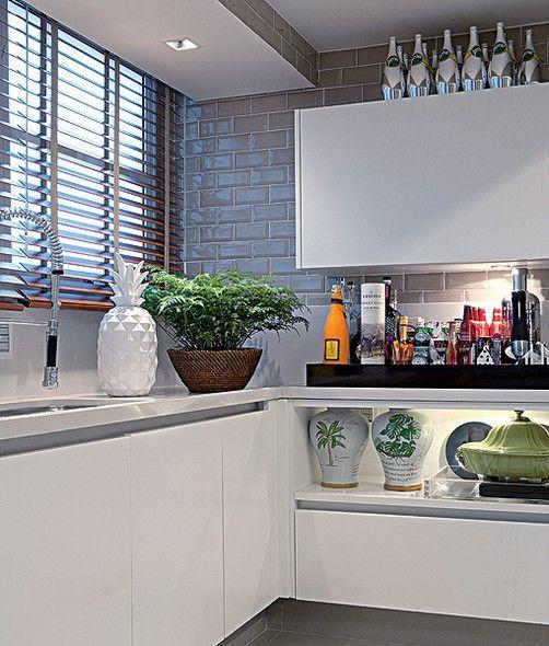 Um canto da cozinha do empresário André Almada foi reservado para o bar. As bebidas ficam em uma bandeja e as garrafas aproveitam o espaço sobre o móvel. Projeto do arquiteto Nelson Kabarite