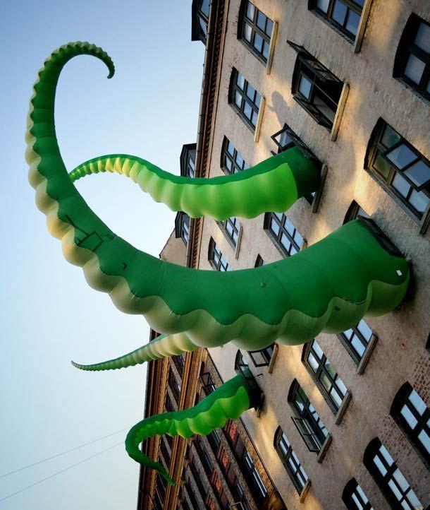 """Les installations urbaines de l'artiste anglais Filthy Luker qui peuple la ville de tentacules, de pigeons rappeurs, de paires d'yeux géants ou de peaux de banane à travers ses """"Art Attacks"""" !"""