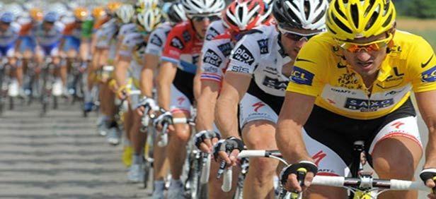 """Finisce come era iniziato in Corsica questo centesimo Tour de France: con una fulminate volata di Marcel Kittel che, sugli Champs Elisées illuminati a giorno, brucia il connazionale Greipel e Mark Cavendish . Per Kittel, 25 anni, talento sempre più emergente, questa è la quarta vittoria al Tour. Un poker straordinario per il velocista dell' Argos Shimano che lascia l'amaro in bocca a Cavendish fermo a due solo a due centri. Un bottino scarso per """"cannonball""""."""