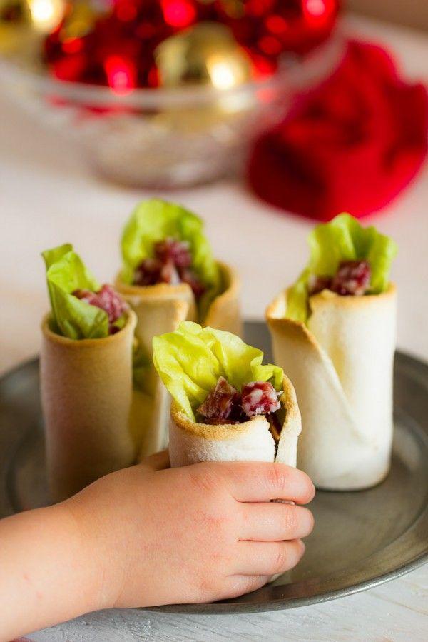 """Bicchierini di pane e salame con purè di ceci e lattuga. Il classico 'pane e salame' rivisitato in chiave finger food ma a misura di bambino, una variante ispirata ai piatti dei """"grandi"""" per i pranzi delle feste."""