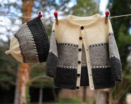 Layette tricotée entièrement à la main.  Travail soigné et délicat. finitions impeccables.  Les fils utilisés sont de qualité et spécialement adaptés à la peau fragile  - 17150830
