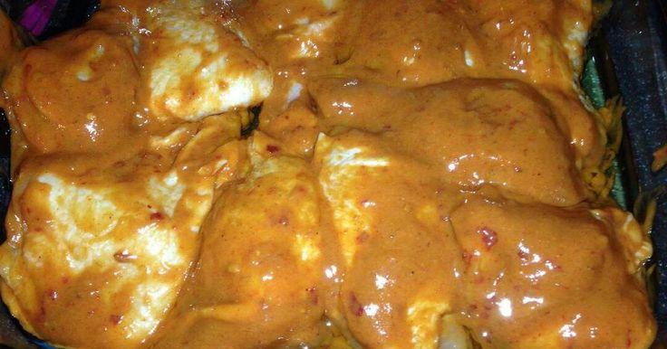 Mennyei Szaftos csirke recept! A szaftos csirke egy saját specialitás, amit mindenki nagyon kedvel, hiszen a szósz jóvoltából a hús nem szárad ki, omlóssá válik. Bármilyen húsból elkészíthető egyébként, de legtöbbször csirkecombból szoktam csinálni. :)