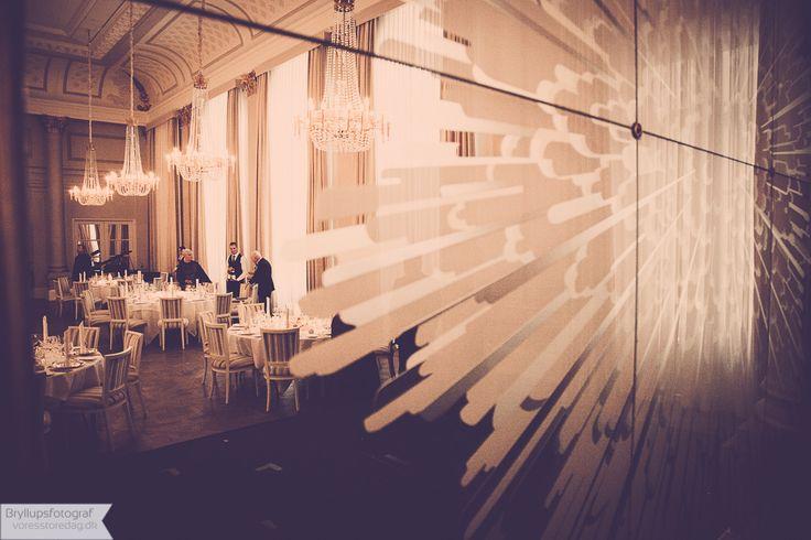 MØDER OG ARRANGEMENTER D'Angleterre har igennem de seneste mere end 250 år været vært for talrige historiske events, eksklusive gallafester, romantiske bryllupper, diplomatiske forsamlinger og royale besøg. Alle hotellets nyrenoverede møde- og eventlokaler tilbyder en elegant og klassisk løsning til Deres skræddersyede møde, produktlancering, event, konference, bryllup eller enhver anden festlig anledning. Vore historiske Palmehave og Louis XVI sale…
