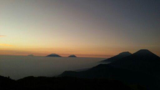5 Gunung terlihat dari puncak Gn.Prau. (Gn.Sindoro, Gn.Sumbing, Gn.Merapi, Gn.Lawu, Gn.Merbabu)