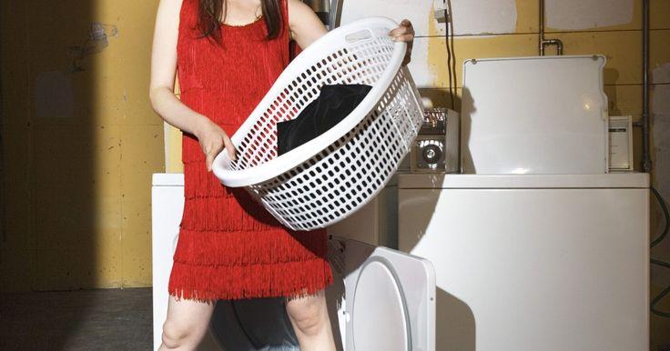 Cómo instalar una manguera de entrada en la lavadora. Las mangueras de entrada de las lavadoras se conectan a válvulas de cierre que suministran agua limpia al electrodoméstico. Los dos tipos de mangueras más comunes son las de caucho reforzado y las de acero inoxidable trenzado. Las diferencias entre ambos tipos es que la de acero tiene mayor resistencia a la explosión y es un poco más cara. Si ...