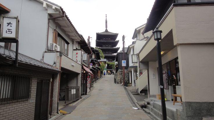 八坂の五重塔。音羽山の麓のため、更に優雅で大きく感じる事が出来ます。 #京都