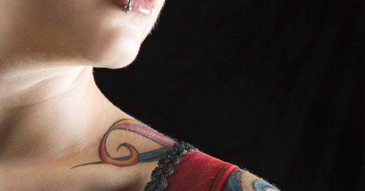 Cómo tatuar retratos. El tatuaje es una forma de arte permanente usando el cuerpo para conmemorar a una persona o un evento; y esto es más que verdadero con los tatuajes de retratos. Los tatuajes de retrato son tan personales como tú los quieras y durarán mucho más que cualquier objeto. Aunque mucho del arte de hacer un tatuaje de retrato es técnica y experiencia, ...