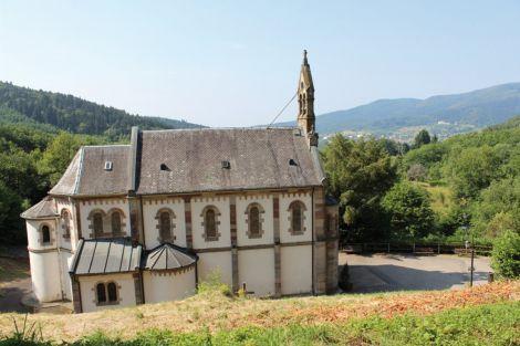 La chapelle dédiée à la Vierge Marie à Houppach était un lieu de pèlerinage très fréquenté au XVIIIe siècle. A l'intérieur, un pan entier de mur avec des plaques remerciant la Vierge.