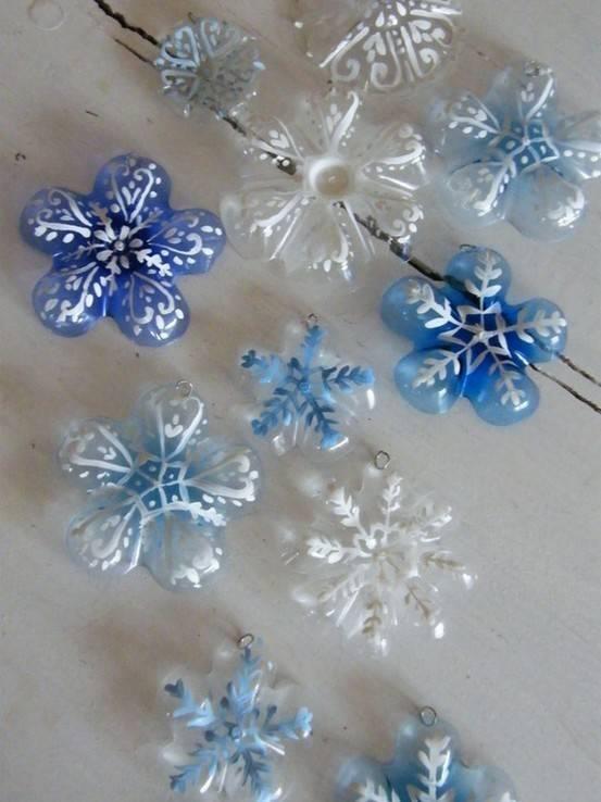 Une jolie idée de recyclage malin : découper le fond de bouteilles en plastique, les peindre et les suspendre pour donner un air de fête à la maison (ou au sapin) à petit prix ^^  Source de la photo : http://handsonaswegrow.com/2012/01/make-it-kid-friendly-idea-bottle-snowflake-craft/  Trouvé sur Nounou nature