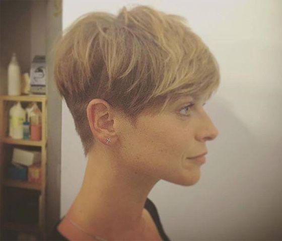 Alessandra Amoroso sfoggia il suo nuovo look: taglio corto e biondo