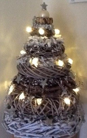 Kerstboom van kransen, bij action, xenos , wibra vindt je de spullen om zo'n mooie boom te maken.
