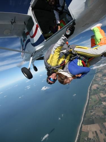 Maiden two-seat parachute jump (Seine-Maritime, Upper Normandy) - France-Voyage.com