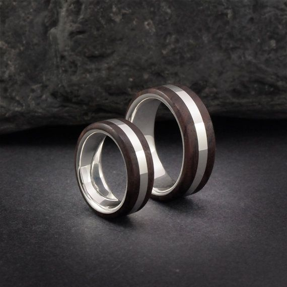 Alianzas de plata y madera de palo violeta. Sterling silver and kingwood wedding…