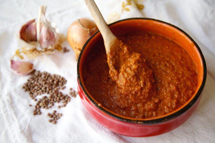 Esistono diverse varianti vegetali del ragù, tutte molto gustose e nutrienti. Il più usato nell'alimentazione vegana è quello con il granulare di soia, ma unico nel suo sapore è il ragù che si prepara con le lenticchie, che sicuramente non ci fa rimpiangere in alcun modo la ricetta originale. Un ragù ricco di proteine, vitamine, …