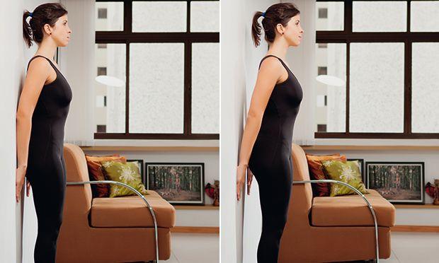 braços - Saída da parede (A e B)  Encoste a palma da mão e o antebraço na parede. Deixe a coluna reta e contraia o abdômen.  Empurre a parede com as mãos, desencostando os cotovelos da parede. Sem tirar os pés do chão, projete o tronco para frente e para cima, como se uma corda a estivesse puxando. Depois, volte à posição inicial. Faça duas séries de dez movimentos.