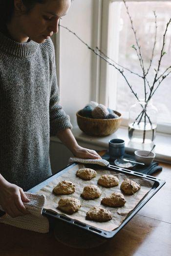 朝食に。アフタヌーンティーに。お土産に。シンプルなものであれば材料を混ぜて焼くだけなので、思い立ったら直ぐにでも作れるのがスコーンのいいところ。