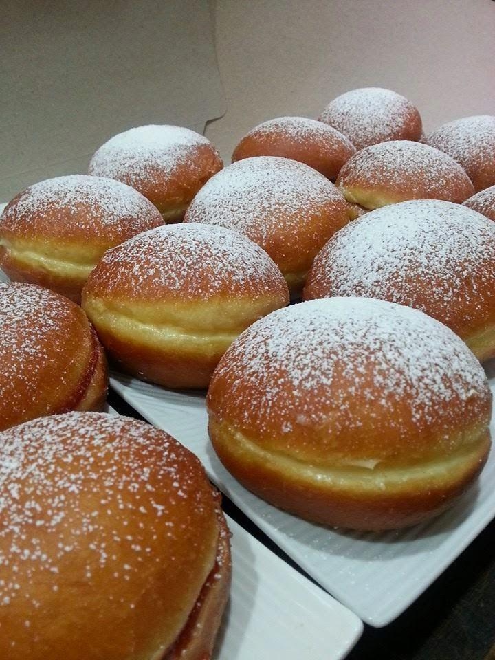 """Foto de I Love Paraguay En Paraguay son los bollos de toda la vida, aunque en En Argentina y Uruguay se la denomina """"bolas de fraile"""" o suspiros de monja y existen variantes con rellenos de dulce de leche, dulce de membrillo o crema pastelera. En Chile se denominan """"berlines"""" (o también """"bolas de frailes"""") y se emplea principalmente el relleno de crema pastelera o mermelada de membrillo. En Venezuela se las llama """"bombas"""", se rellenan con crema pastelera y se espolvorean con azúcar. MASA 500…"""