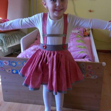 Detská suknička Kattys s odopínateľnými trakmi,je vyrobená z kvalitnej 100% bavlny,pohodlný pás z ozdobnej gumy, zapínanie na zips.<br/>Veľkosť 98-104