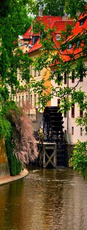 Praha Čertovka. Čertovka je  krátký vltavský kanál, který se nachází v Praze na Malé Straně a odděluje ostrov  Kampa od zbytku Malé Strany.