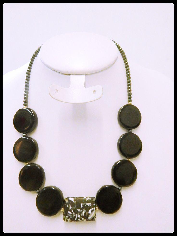 COR0012 hermoso collar hecho con acerina,concha nacar y piedra onix natural, precio $165.00 pesos por pieza