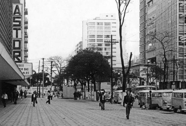 Paulista ainda com suas calçadas largas. O projeto Nova Paulista tirou 6 metros de cada calçada da avenida. No lado esquerdo o Conjunto Nacional, com a placa do Cine Astor. - Sérgio Araki/Estadão