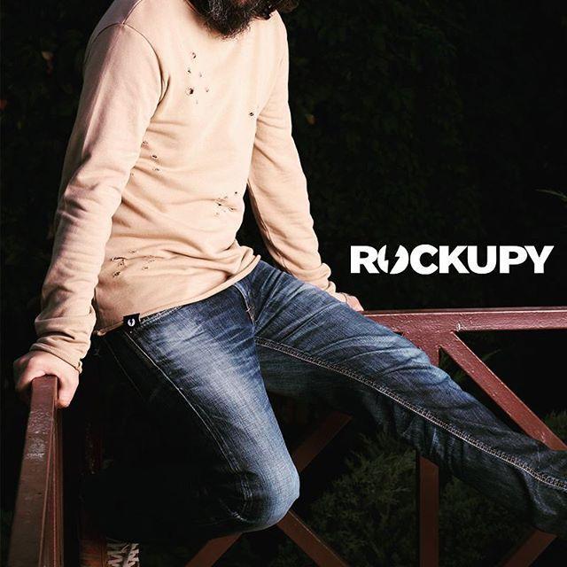 Delikli ve açık dikiş yakalı bu sweat yakında Rockupy online satış sitemizde. Takipte kalın... #erkektshirt #erkekgiyim #sweat #rockupy #rockstyle
