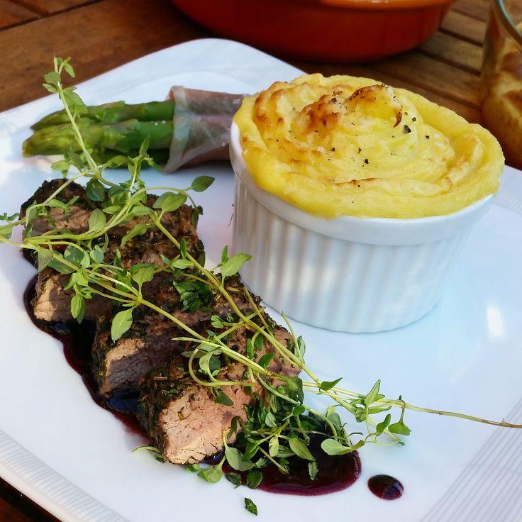 Örtbakad lammfilé med rödvinssås, gratinerat västerbottenmos och sparrisknyten