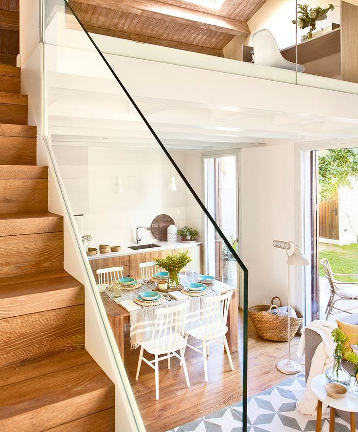 Comedor y cocina. Cesto en el suelo de La Maison. En la encimera, tabla de madera de Matèria. Jarrones y plantas de Sacum.