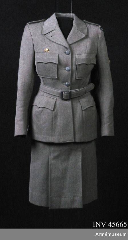 Jacka m/1942 Ur tjänstedräkt m/1942 för kvinnliga bilkåren. Består av jacka, kjol, fältbyxor, fältmössa, barett, två blusar, två slipsar, manschettknappar, handskar. Jackan har tecken för genomgångna kurser på axelklaffarna: röd = sjukvård, grön = orientering, fot, bil, mörkblå = materielvård, vit = lastbil, ljusblå= stora motorkursen. Uniformen är av den typ som användes i landsorten. Stockholms bilkårister hade en mera blågrå uniform med längre jacka och påsydda fickor. | Armémuseum
