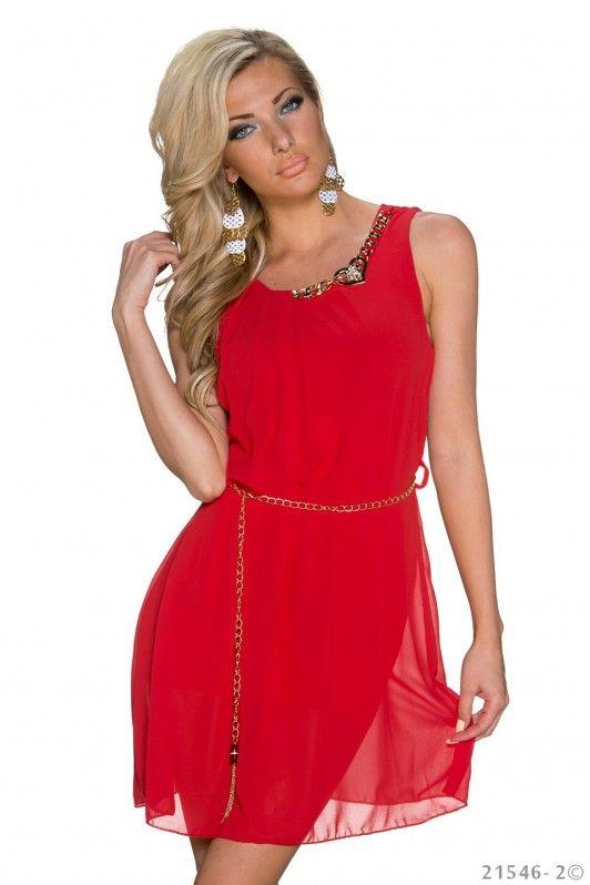 Rood jurkje met gouden ketting en hals accessoires