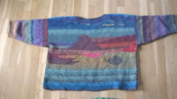 Bluse i garn fra COAST. Ryggen er med tema: Islandsk Landskab