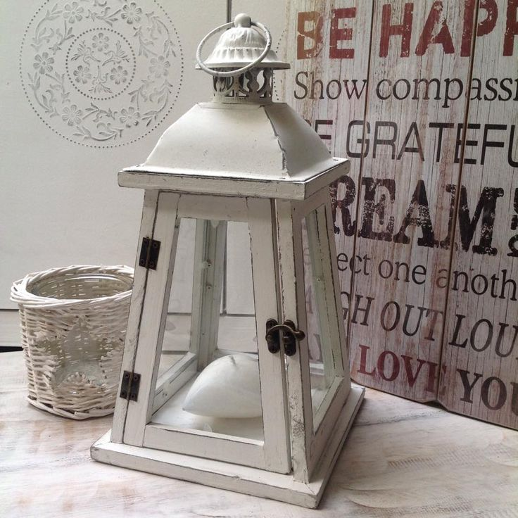 Lampáše sú stále trendy. Vyčarte si doma romantickú atmosféru s krásnym bielym lampášom.
