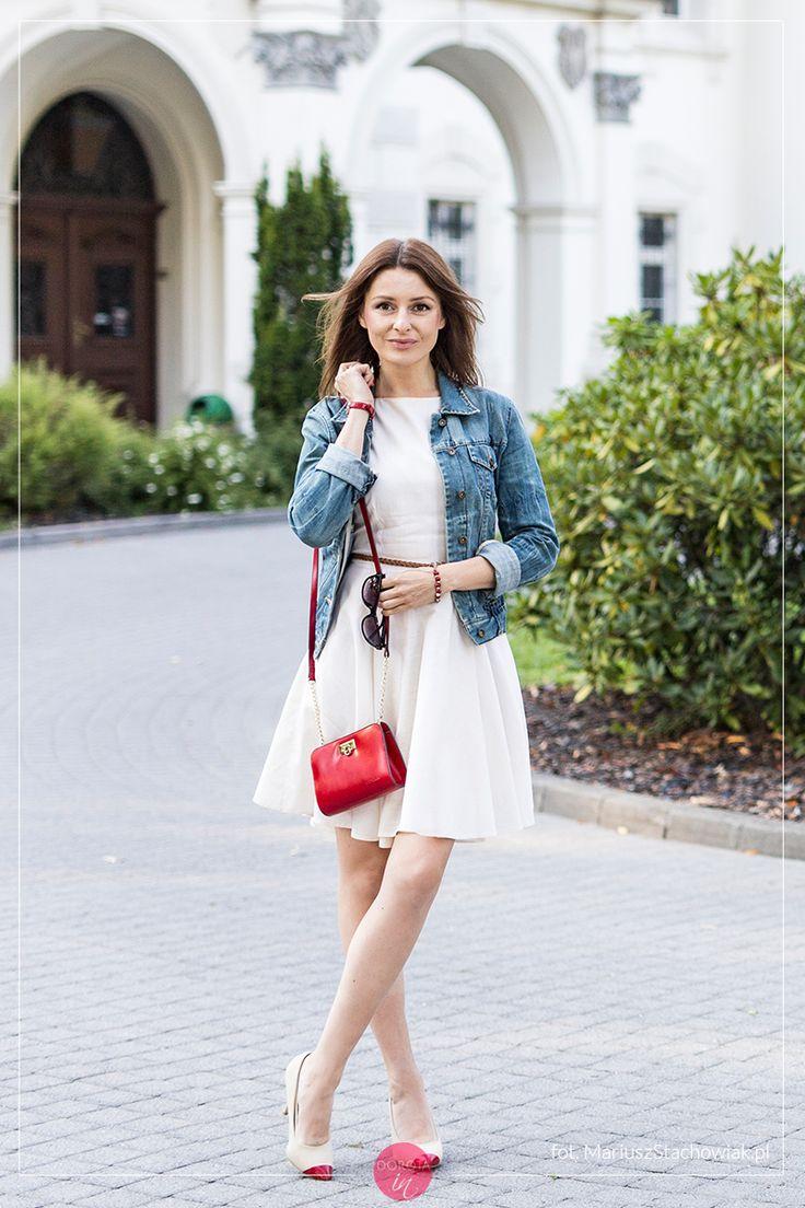 Biała sukienka, dżinsowa kurtka i czerwona torebka - stylizacja z beżowymi szpilkami.    http://dorota.in/biala-sukienka-dzinsowa-kurtka-stylizacja-sposoby/  White dress, denim jacket, red purse - outfit with beige shoes.  #moda #fashion #styl #style #outfit #outfitideas #blogger